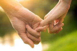 pareja-tomados-manos